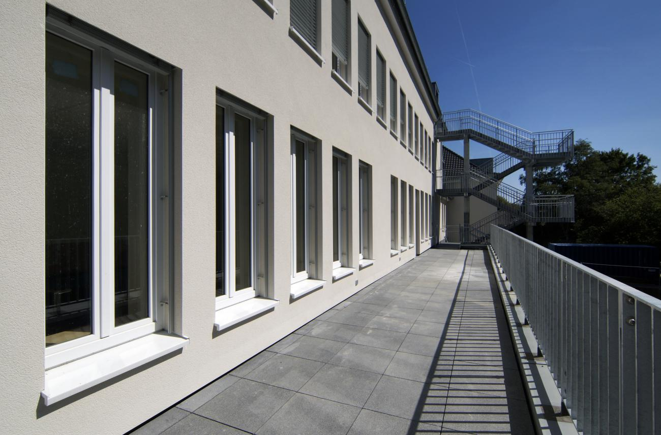 the roof of the extension can be used as a balcony